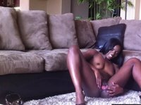 Chocolate beauty plays with herself in the carpet